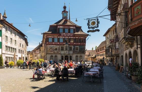 Stein_Rathausplatz_Touristen_Sommer